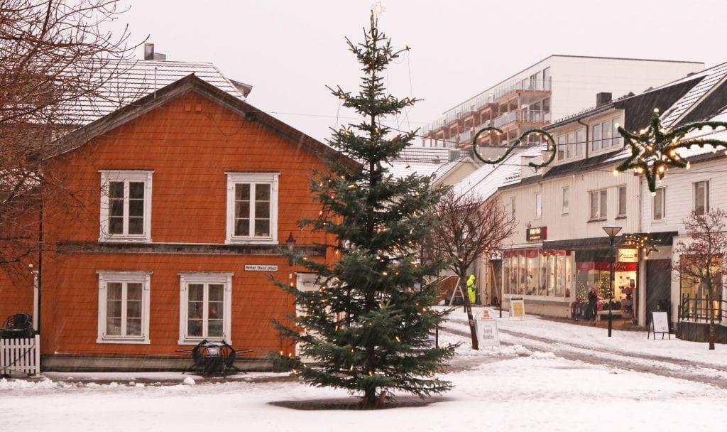 Kafé Scandinavie holder til midt i Sandnessjøen., men nå går det mot stenging.