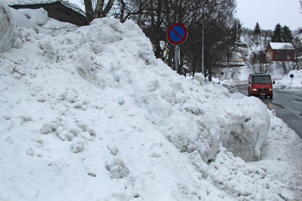 Brøytemannskaper advarer foreldre og barn mot å bygge snøhuler i brøyteskavler i trafikkerte områder.