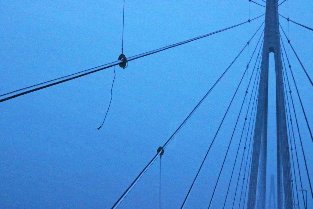 En av støttevaierne mellom skråstagene på Helgelandsbrua ble revet løs i uværet.