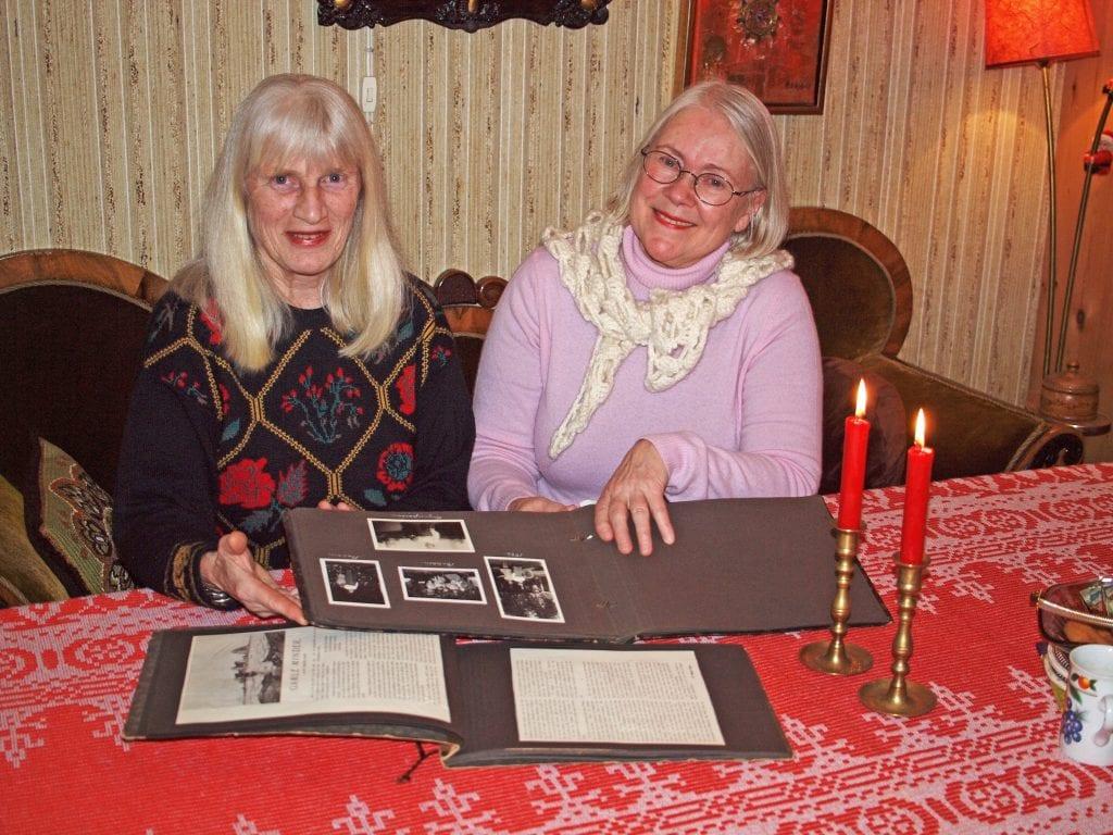 Dagrunn Grønbech, til venstre, og Kari Sommerseth Jakobsen med fotoalbum og minnebok som er med på å danne grunnlag for boka om Fredrikke Tønder-Olsen.