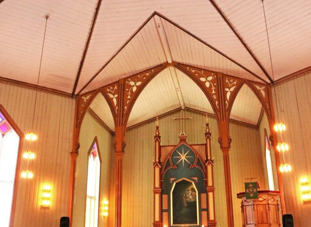 Kirkekontoret måtte hente klatrehjelp fra Herøy da de gamle lysekronene i Sandnessjøen kirke skulle tas ned.