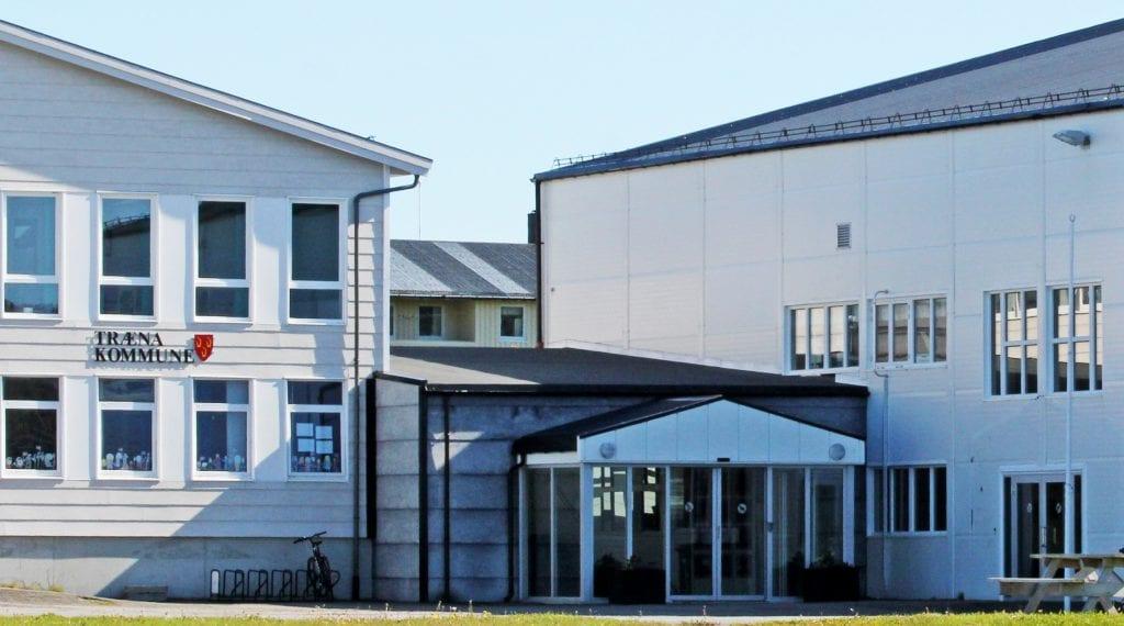 Træna kommune har fått pålegg om tiltak innenfor barneverntjenesten. Nå venter et møte om saka mellom kommune og fylkesmann.