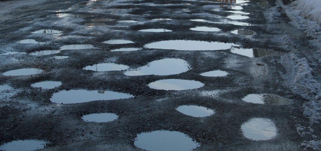 Hullete veier tilsier at det er lurt å sette ned farten.