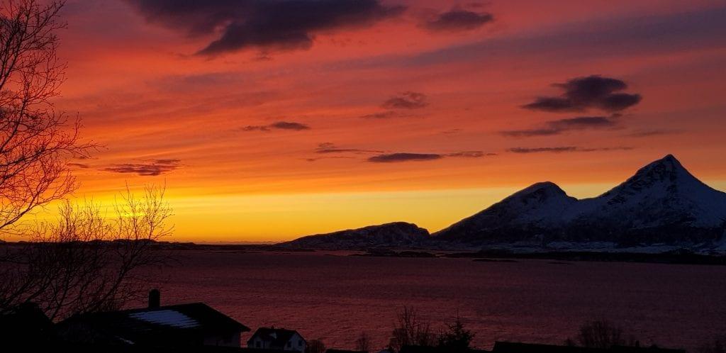 Solnedgang søndag ettermiddag, fra toppen av Ura mot Dønnamannen og Åkvikfjellet. Foto: Nina Theimann