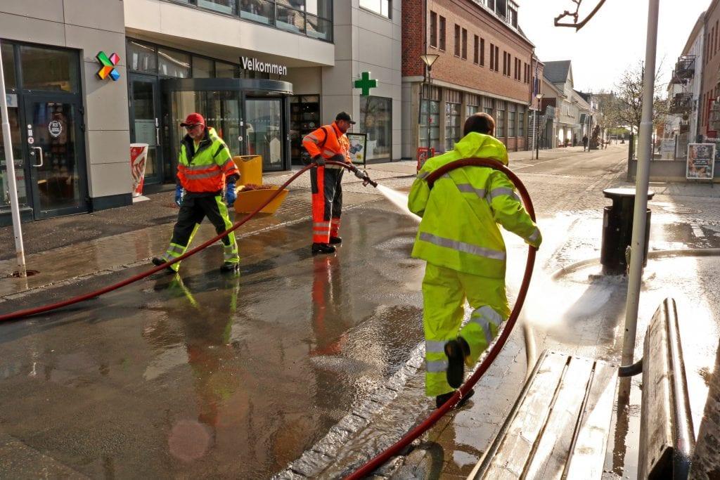 Vårlig ryddedugnad. Utestyrken i Alstahaug spyler gatene i Sandnessjøen.