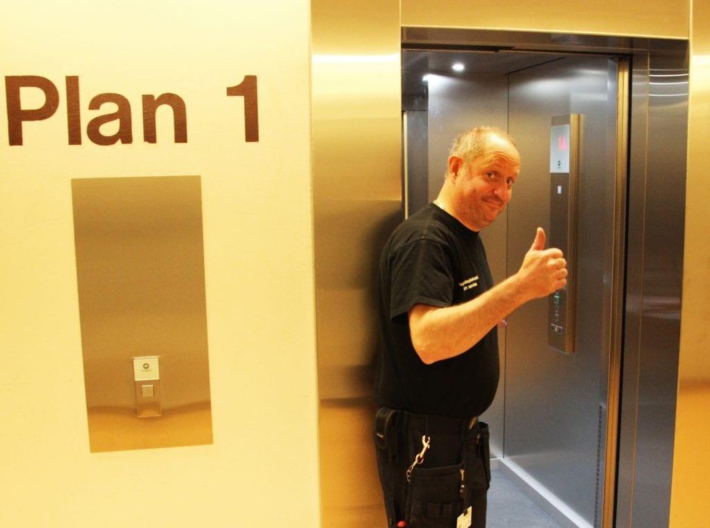 Rundt 15 år etter at de tidligere personheisene på sykehuset i Sandnessjøen streiket, er nye på plass.