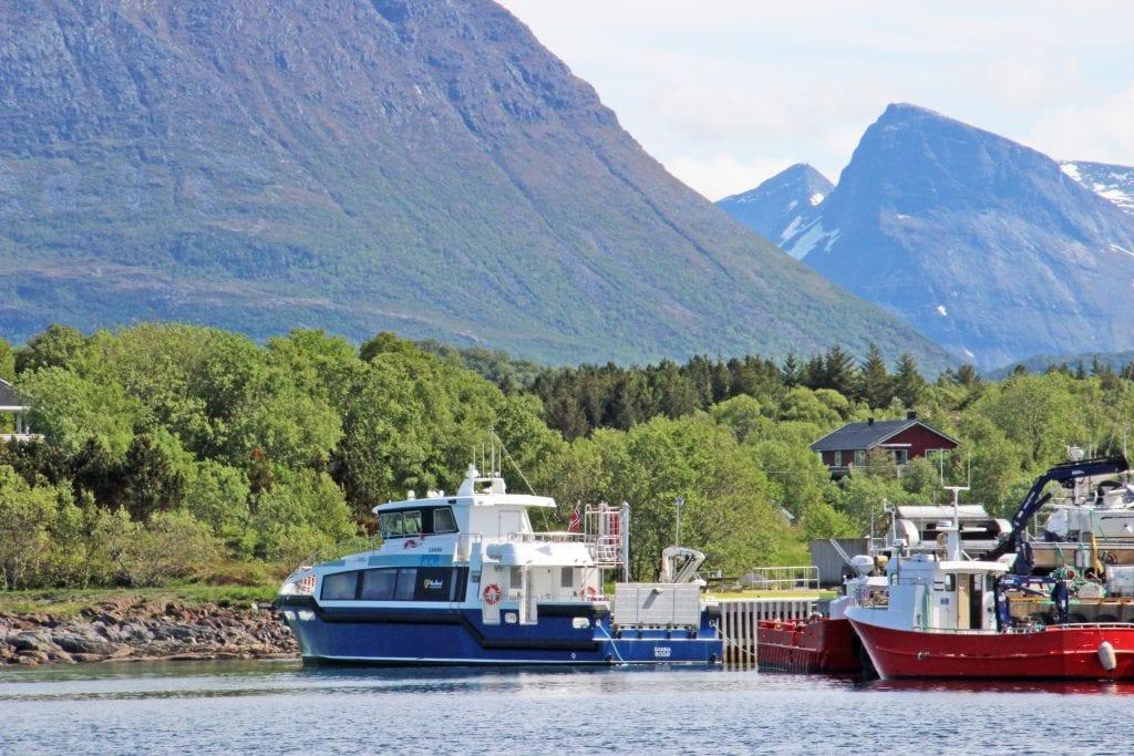 Mens hovedfartøyet er ute av rute, blir bygderuta i Træna trafikkert av en reservebåt uten universell utforming.