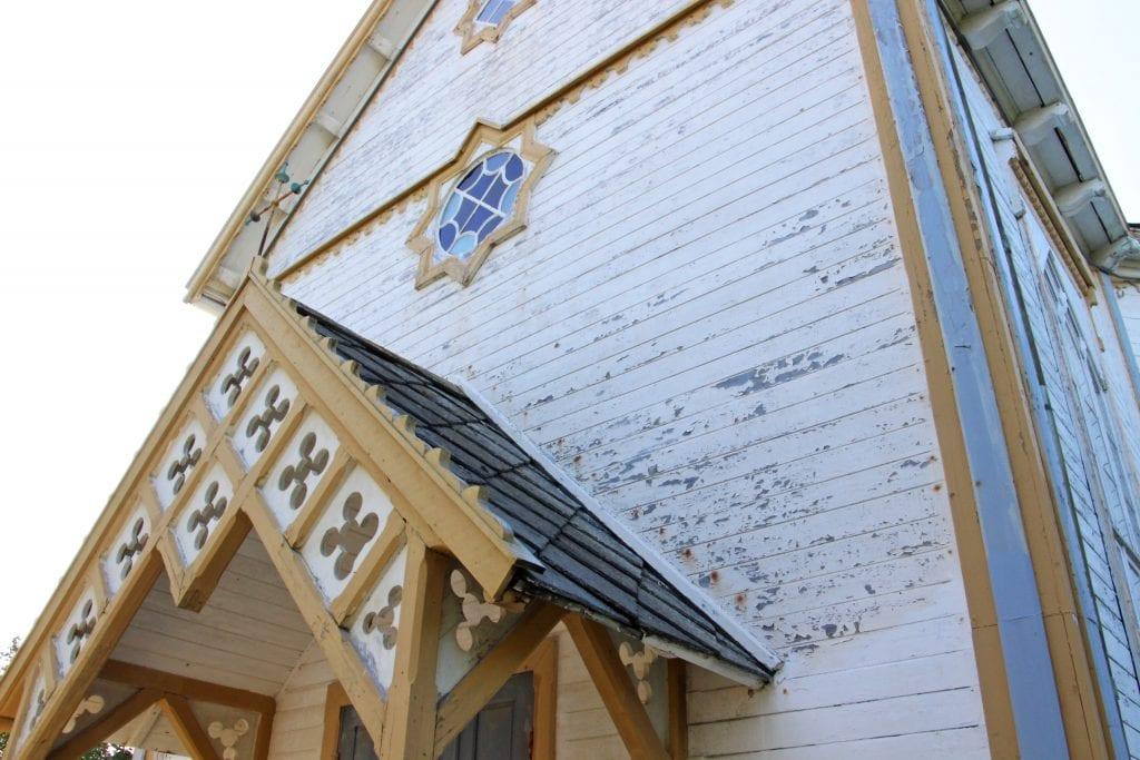 Sandnessjøen kirke trenger mer enn et utvendig malingsstrøk. Nå vil fellesrådet starte prosessen med å få til ei totalrenovering av vegger og tak.