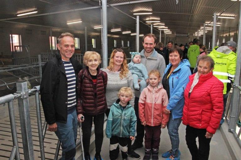 Torsdag kunne eierne av Husmo Gård i Alstahaug, og mange andre, feire at nok en driftsbygning står klar til innflytting.