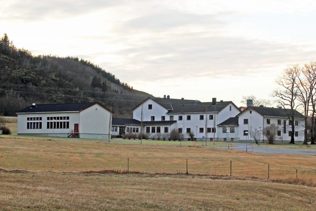 Alstahaug kommune selger blant andre eiendommen indre Søvik på vel 3.000 dekar. Bygningene, som huset tidligere husmorskole, seinere Sandnessjøen videregående skoles avdeling Alstahaug, er fradelt.