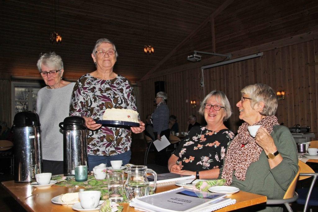 Det er servert. F.v. Bergljot Johansen, Kari Vean, Liv Nilsen og Anne Liland Sørra har ansvar praktiske oppgaver på denne utgaven av seniorsenterets formiddagskaffe.