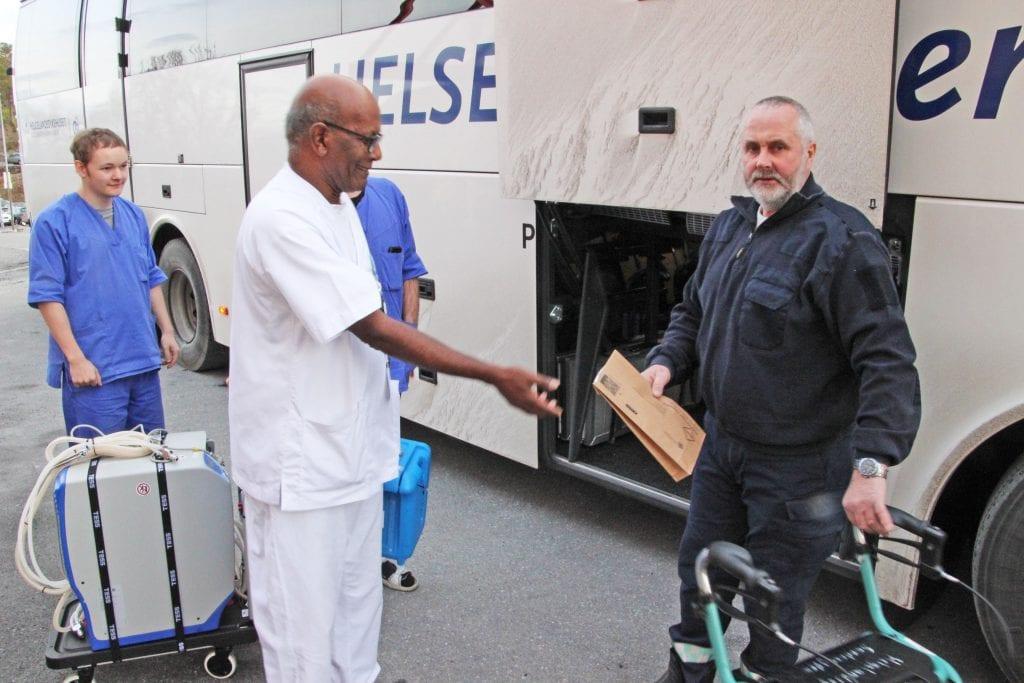 Helseekspressens sjåfør, Torgeir Åsvik, t.h., har med blodprøver som skal analyseres ved blodbanken i Sandnessjøen.