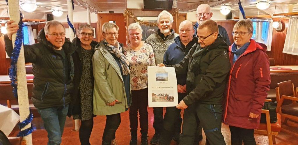 50-årsjubilanter fra Bjarnetjønna skole gir gave til Stiftelsen Gamle Helgeland.