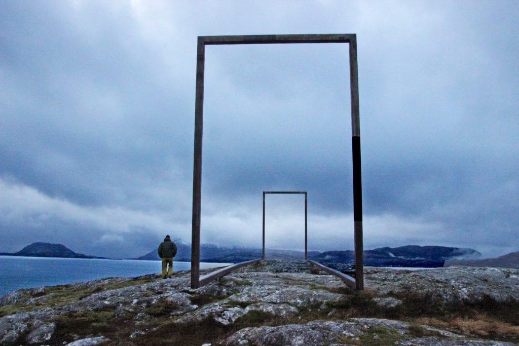 Utsikten fra Leirfjords skulpturlandskap bærer bud om nedbær.