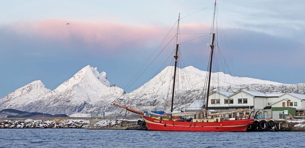 Den 110 år gamlle skonnerten Noorderlicht la veien om Sandnessjøen for å unngå uvær.