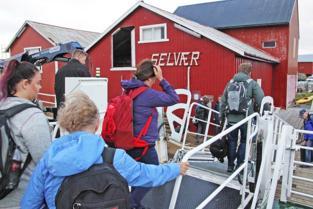 Øysamfunn som Selvær er avhengig av gode rutetilbud. Nå vil fylkesmyndighetene kutte ytterligere i tilbudet.