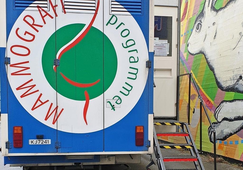 Mammografibussen i Sandnessjøen er stengt, og alle undersøkelser foreløpig avlyst. Men de som blir berørt, får nytt tilbud når bussen gjenåpner.