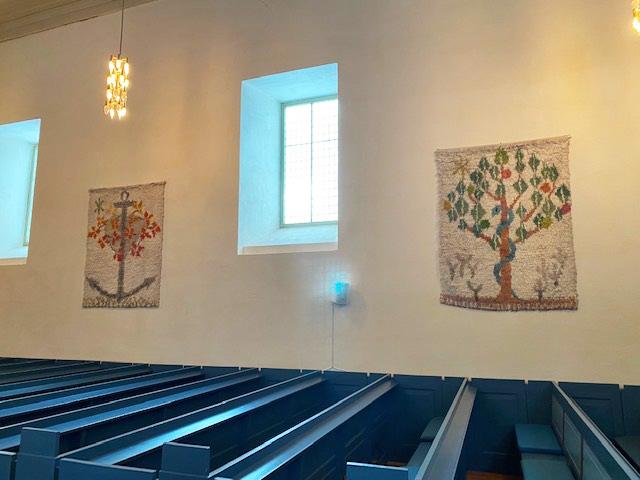 I denne uka ble veggteppene som den kjente tekstilkunstneren Sigrun Berg i sin tid laget, hengt opp i Alstahaug kirke igjen.