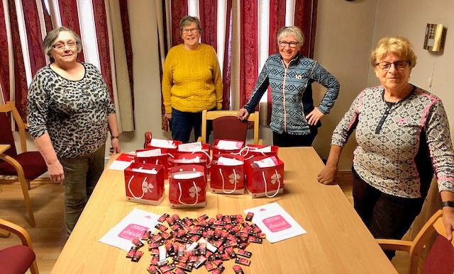 Sandnessjøen sanitetsforening sørget for å fordele gratis sjokolade fra Freia til helsepersonell som står på i ei krevende koronatid.