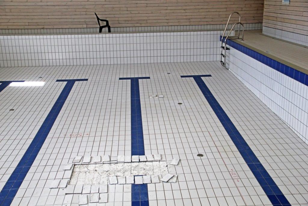 Svømmebassenget på Husøy ble nylig reparert etter at fliser løsnet i 2018. Før politikerne rakk å ta stilling til finansering av reparasjonen, løsnet enda flere fliser.
