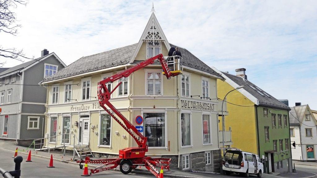 Tidligere eier, Raymond Strand, har laget nye spir i gammel stil til bygården Prins Olav i Sandnessjøen.