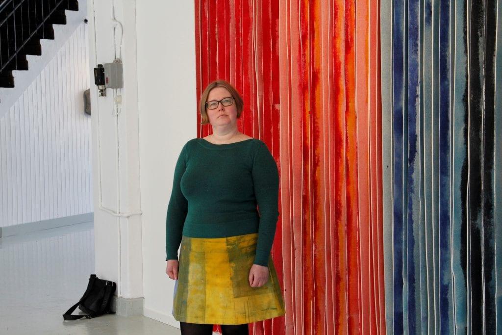Marianne Moe fra Herøy stiller ut tekstilkunst i Galleri Salhus.