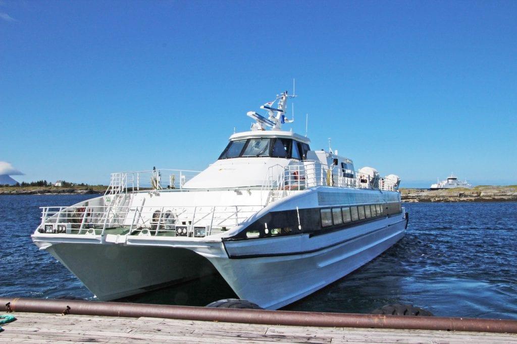 Hurtigbåten Helgeland gjennomfører behovsanløp i Nord-Solvær., men det kan det bli slutt på.