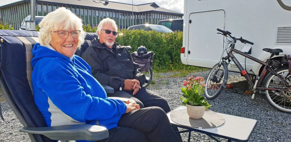 De er bobilturister fra Trondheim og fulle av lovord om tilretteleggingen i båthavna i Sandnessjøen.