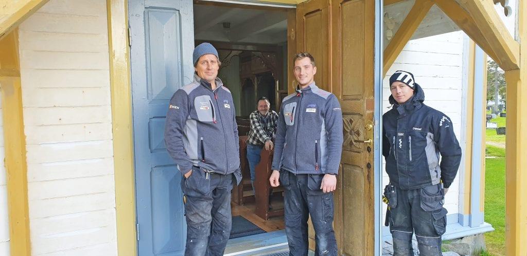Arbeidet med å få på plass to dører i Sandnessjøen kirke er ferdig.