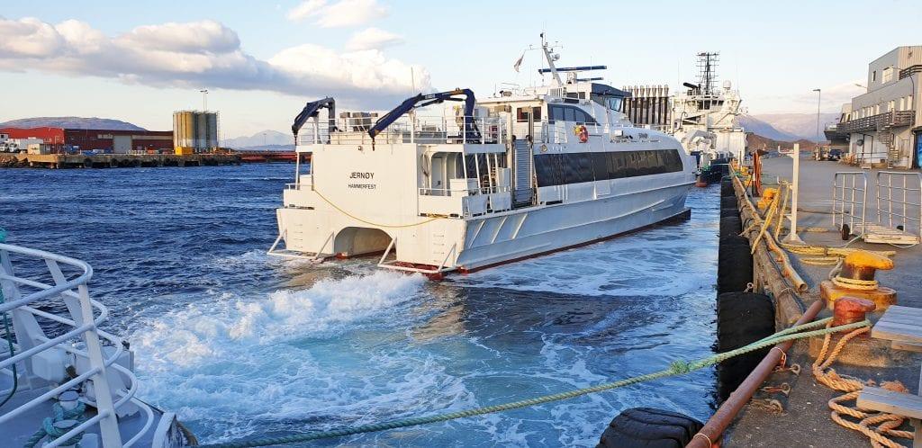 Selvær Bygdeutvikling krever hurtiigbåtanløp av øya. Her er MS Jernøy klar for tur til Træna søndag ettermiddag.