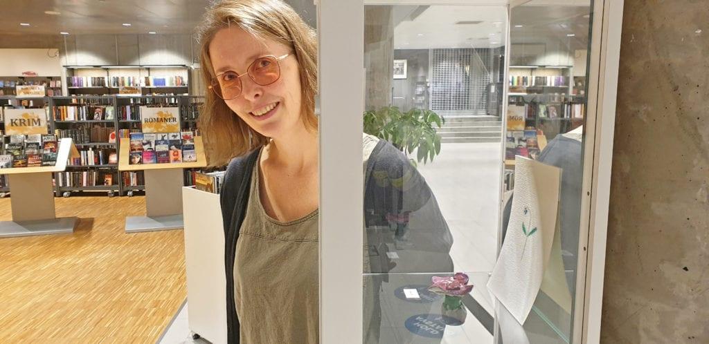 Bibliotekar Ann Kristin Mathisen gleder seg over å ha fått fast utstillingsplass for kulturskoleelever.