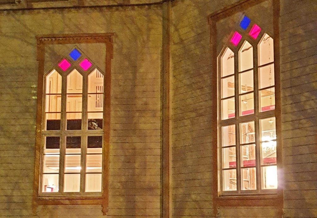 Gamle kirkevinduer er blitt bortimot nye etter restaurering i Steinkjer.