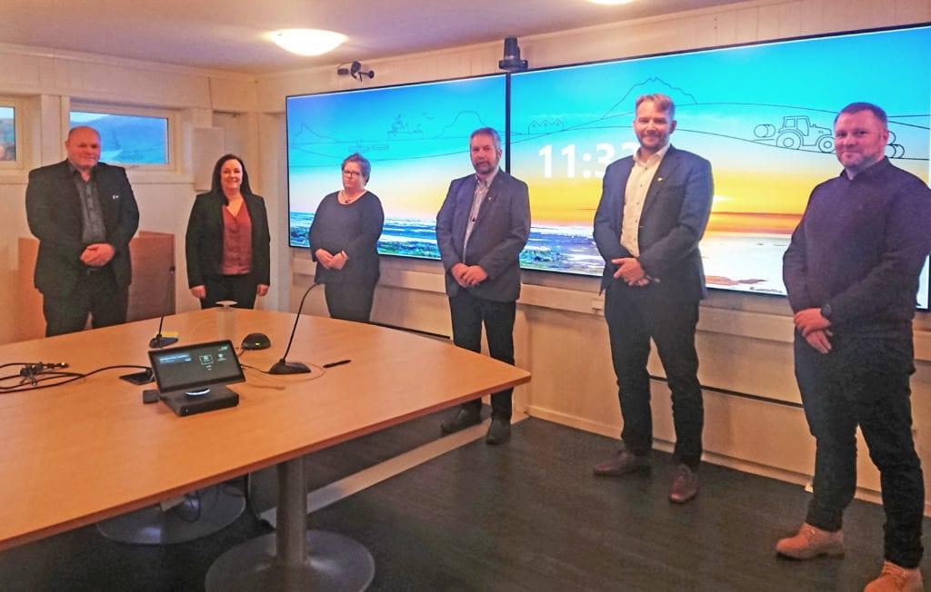 Pris-vinnere fra Kvarøy Fiskeoppdrett og gullklokkemottakere var invitert til lunsj hos Lurøy kommune.