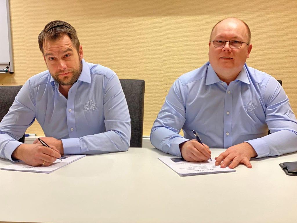 Fredag formiddag signerte ledelsen i Lovund Skyss AS to rutekontrakter med fylkeskommunen.