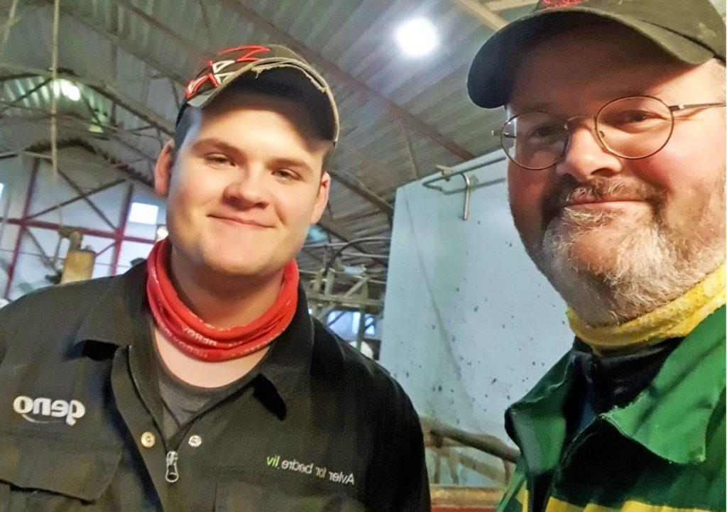 To medlemmer av Ytre Helgeland produsentlag, får sølvtine etter å ha levert elitemelk i 15 år.