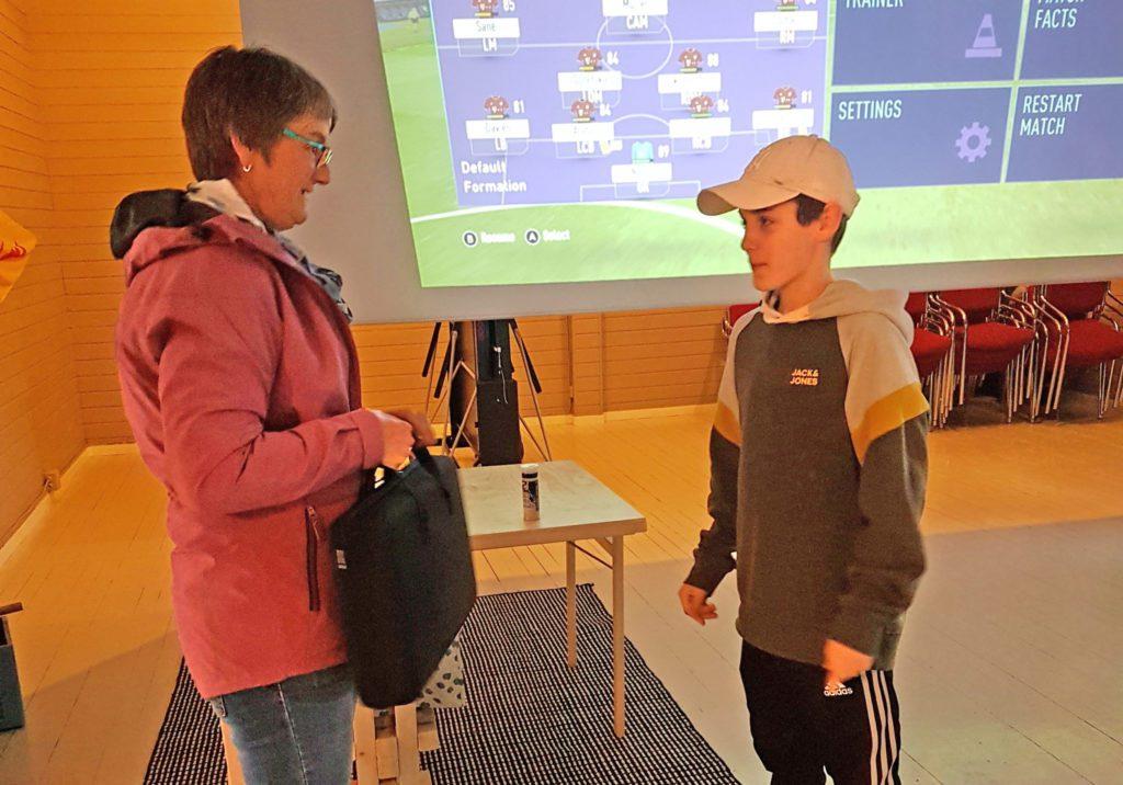 De driver strikkekafé på Husøy. Før jul arrangerte de julemarked med lotteri. Overskuddet kommer ungdomsklubben til gode.