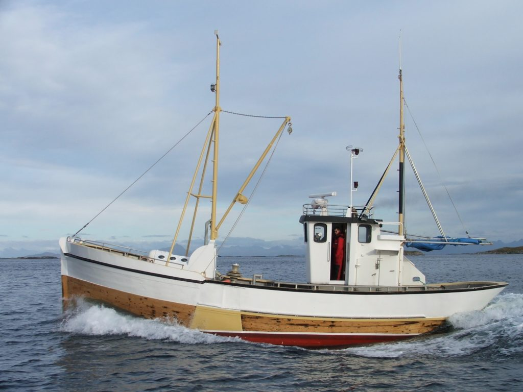 Den nesten 100 år gamle fiskebåten «Svanen» må utbedres etter råteskader. Nå har Træna kystlag fått 150.000 kroner til formålet.