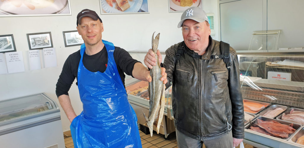 Terje Strøm er glad for god servide hos Sandnessjøen Fiskeforretning, som sørget for at han fikk smake røkt kolje igjen.