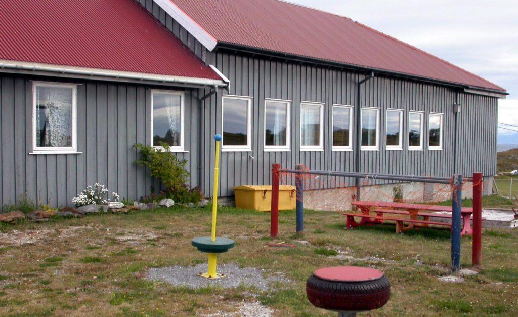 Træna kommunestyre har vedtatt å selge bygningen som rommet skole og barnehage i Selvær.