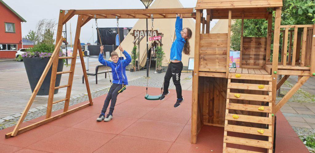 Nå er det endelig kommet lekeapparater på torvet. Det betyr nye muligheter for å leke i byen.