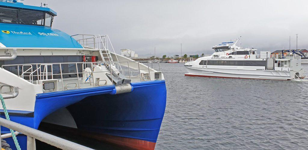 """Hurtigbåten """"Jernøy"""" betjener sommerruta mellom Sandnessjøen og Myken."""