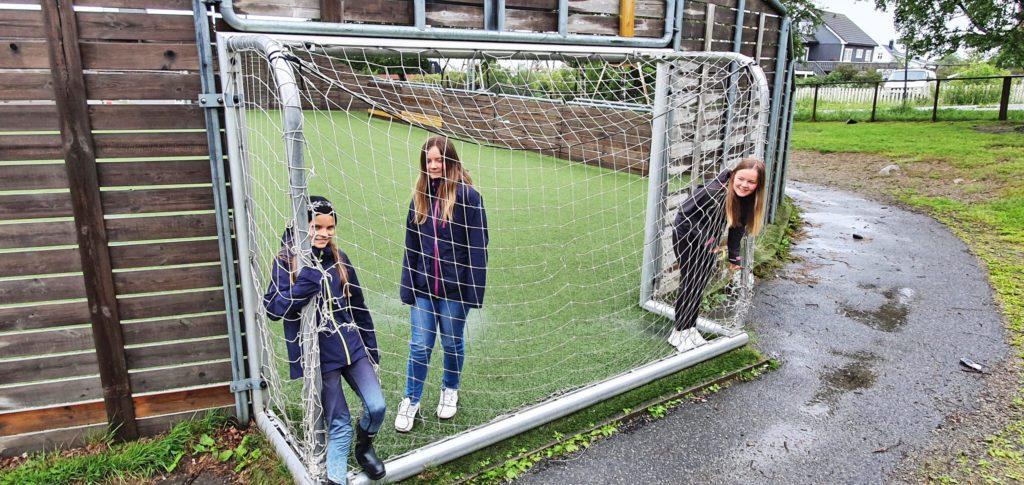 Skolegården på Bjarnetjønna er for dårlig utstyrt, mener elevene.