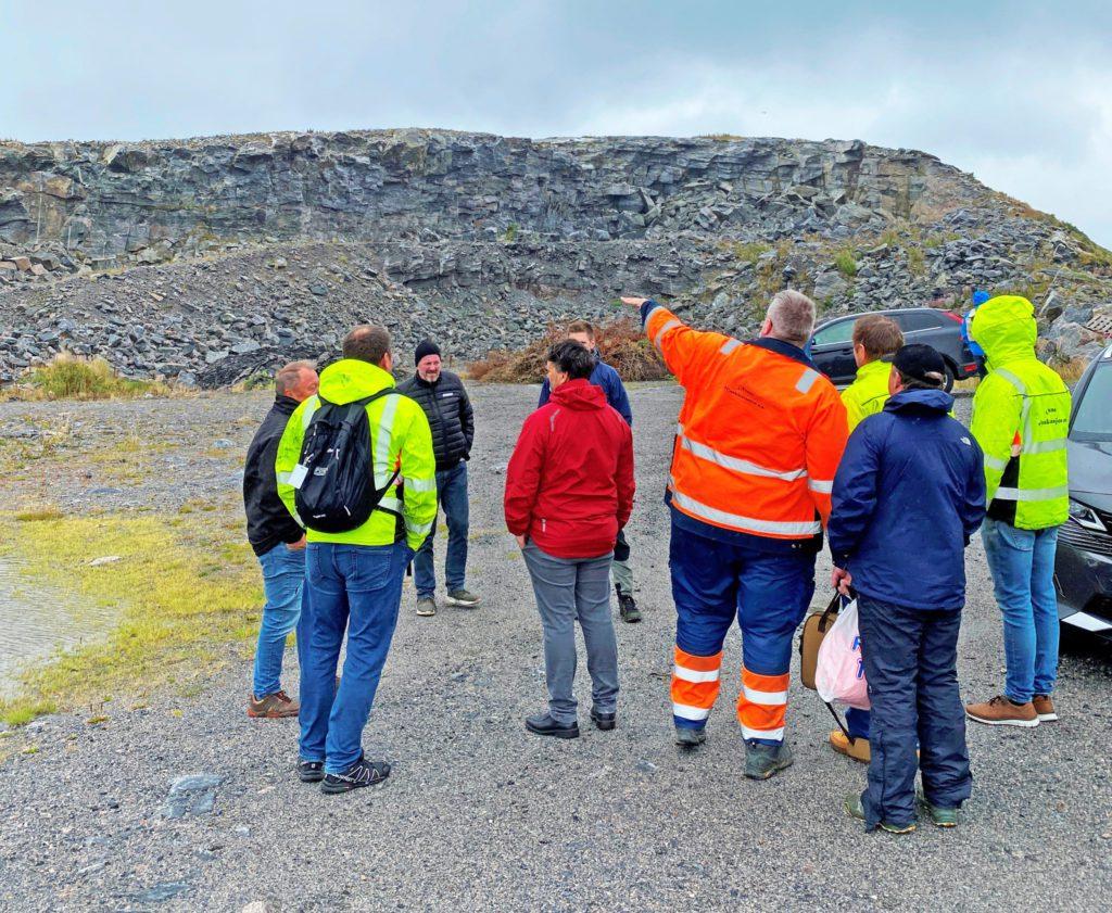 Deltakerne på fredagens anbudsbefaring i Træna, tok blant annet turen til Haksholmen. Den skal jevnes med jorda.
