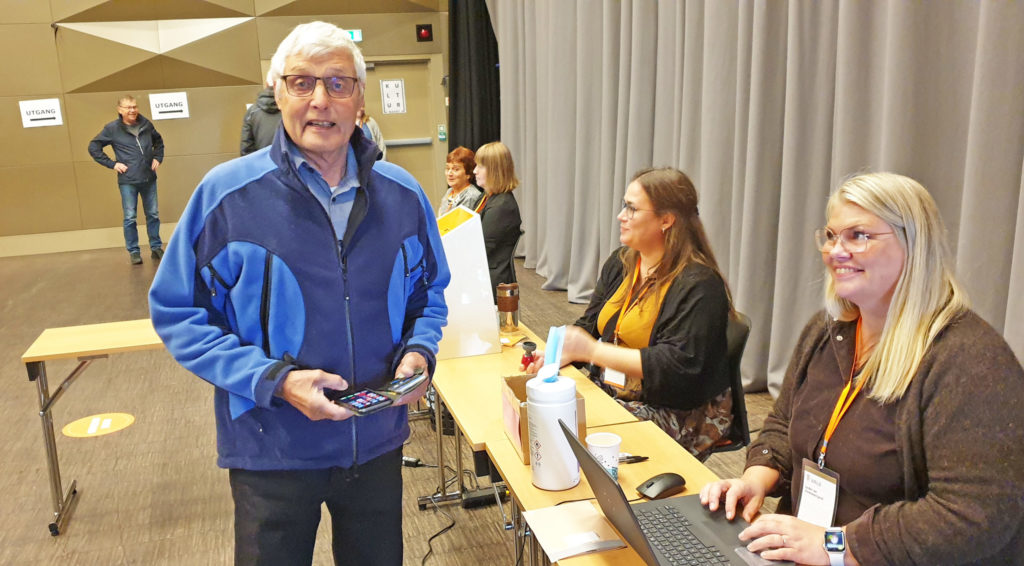Karl Magne Kjeldsand var en av flere velgere som fant veien til stemmelokalet i Sandnessjøen mandag formiddag.