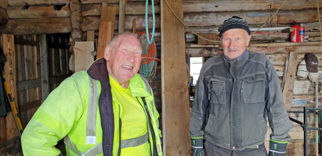 Steinar Breivik og Håkon Bergåker restaurerer brygga på Hestøygårdehn.